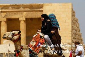 Местные жители у пирамид Гизs, Каир